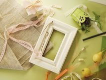 Composición estacional decorativa de frutas, de la decoración, de verdes y de un bastidor blanco en el papel entonado verde imágenes de archivo libres de regalías