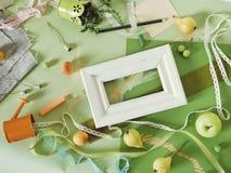 Composición estacional decorativa de la fruta, decoración, verdor en el papel teñido verde fotos de archivo libres de regalías