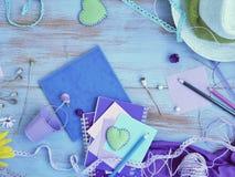 Composición estacional del verano de un par de corazones del fieltro, de papel con un lápiz, de cuadernos y de decoración imagen de archivo libre de regalías
