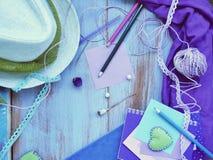 Composición estacional del verano de un par de corazones del fieltro, de papel con un lápiz, de cuadernos y de decoración fotografía de archivo
