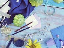 Composición estacional del verano de verduras, del papel con un lápiz y de la decoración en un fondo azul foto de archivo libre de regalías