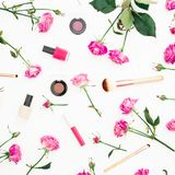 Composición femenina con las rosas y los cosméticos rosados en el fondo blanco Concepto de la belleza con las flores Endecha plan Fotos de archivo libres de regalías