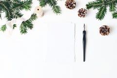 Composición festiva de la Navidad Escena de la maqueta de la tarjeta de felicitación del sobre y del papel en blanco Frontera de  fotos de archivo libres de regalías