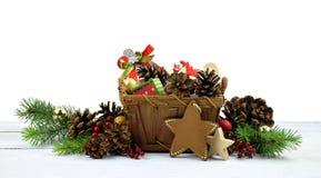 Composición festiva en estilo rural Árbol de navidad y malla foto de archivo libre de regalías