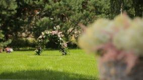 Composición floral romántica para una boda o un evento especial, blanco y rosado almacen de video