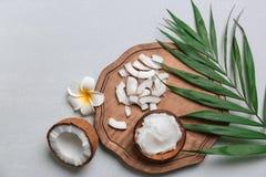Composición hermosa con aceite y nueces de coco fotografía de archivo libre de regalías