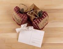 Composición hermosa con las tarjetas, el amor y la amistad de la invitación Fotos de archivo libres de regalías
