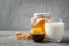 Composición hermosa con leche y miel imágenes de archivo libres de regalías
