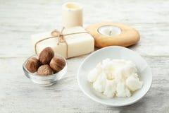 Composición hermosa con mantequilla, jabón y nueces de mandingo imagen de archivo libre de regalías