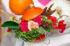 Composición hermosa de la calabaza anaranjada en la tabla imagenes de archivo