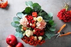 Composición hermosa de la flor con las bayas en caja, Fotografía de archivo libre de regalías