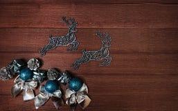 Composición hermosa de la Navidad con los ciervos y el regalo en fondo de madera Fotos de archivo libres de regalías
