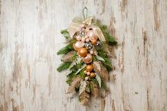 Composición hermosa de la Navidad para el adornamiento de la puerta hecho de árbol de abeto Foto de archivo libre de regalías