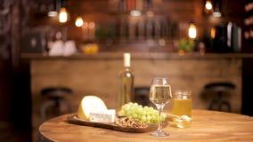 Composición hermosa de los quesos servidos con el vino en la tabla de madera almacen de metraje de vídeo