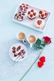 Composición hermosa del desayuno de las tarjetas del día de San Valentín Foto de archivo libre de regalías
