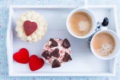 Composición hermosa en la bandeja por mañana de las tarjetas del día de San Valentín Foto de archivo