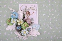 Composición hermosa en la técnica de scrapbooking con una tarjeta del vintage Fotos de archivo libres de regalías