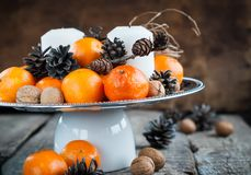 Composición horizontal de la Navidad con las mandarinas y las velas Imagenes de archivo