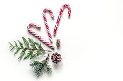 Composición inusual del ` s del Año Nuevo con las ramas, los dulces y los conos spruce Fondo de la Navidad para la presentación d Fotos de archivo libres de regalías