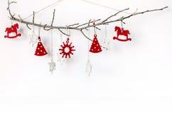 Composición inusual del ` s del Año Nuevo con una rama y los juguetes del árbol de navidad Fondo de la Navidad para la presentaci Imagen de archivo