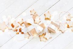 Composición ligera con la caja y las galletas de regalo fotos de archivo libres de regalías