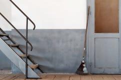 Composición mínima con las escaleras y la puerta de la escoba Fotografía de archivo