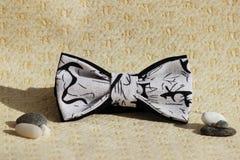 Composición: Mariposa extravagante blanco y negro con adornos japoneses y pequeños guijarros en un fondo beige Imágenes de archivo libres de regalías
