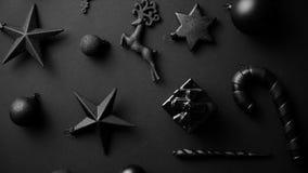Composición minimalistic y simple de la Navidad en color del negro de la estera almacen de metraje de vídeo