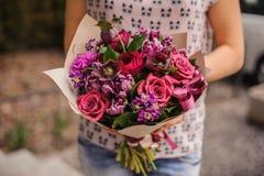 Composición púrpura del ramo de la flor en manos Foto de archivo libre de regalías