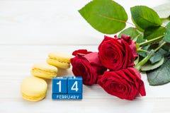 Composición para el día de tarjetas del día de San Valentín Rosas rojas hermosas, macarrones a Fotografía de archivo libre de regalías
