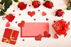 Composición para el día del ` s de la tarjeta del día de San Valentín Rosas, regalo, vidrios y vino, corazones rojos Visión super fotografía de archivo libre de regalías