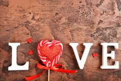 Composición para el día del ` s de la tarjeta del día de San Valentín Rosas, regalo, vidrios y vino, corazones rojos Visión super imagen de archivo