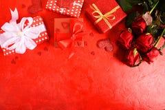 Composición para el día del ` s de la tarjeta del día de San Valentín Rosas, regalo, vidrios y vino, corazones rojos Visión super imágenes de archivo libres de regalías