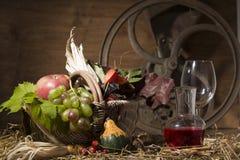 Composición pintoresca del otoño con la cesta, frutas, calabaza, triunfo Imagen de archivo libre de regalías