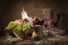 Composición pintoresca del otoño con la cesta, frutas, calabaza, triunfo Fotografía de archivo