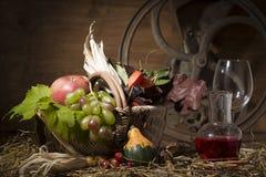 Composición pintoresca del otoño con la cesta, frutas, calabaza, triunfo Fotografía de archivo libre de regalías