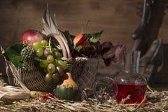 Composición pintoresca del otoño con la cesta, frutas, calabaza, triunfo Imágenes de archivo libres de regalías