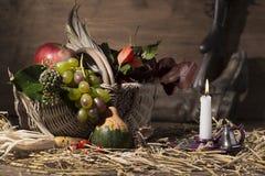 Composición pintoresca del otoño con la cesta, frutas, calabaza, triunfo Imagenes de archivo