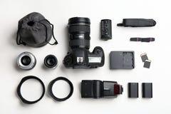 Composición plana de la endecha con el equipo y accesorios del ` s del fotógrafo imágenes de archivo libres de regalías