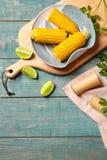 Composición plana de la endecha con las mazorcas de maíz en fondo de madera foto de archivo libre de regalías