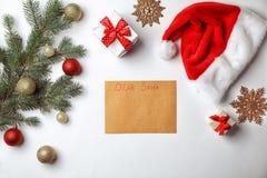 Composición plana de la endecha con la letra infantil a la decoración de Santa Claus y de la Navidad foto de archivo libre de regalías