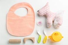 Composición plana de la endecha con los accesorios y el vajilla del bebé para la comida Foto de archivo libre de regalías