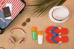 Composición plana de la endecha con los artículos abiertos de la maleta y de la playa imagen de archivo