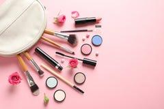 Composición plana de la endecha con los productos para el maquillaje decorativo foto de archivo libre de regalías
