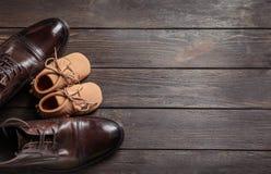 Composición plana de la endecha con los zapatos grandes y pequeños Imágenes de archivo libres de regalías