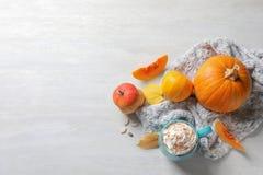 Composición plana de la endecha con la taza de latte de la especia de la calabaza, de decoración del otoño y de espacio para el t foto de archivo libre de regalías