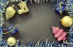 Composición plana de la Navidad del vintage Marco chispeante azul de la guirnalda de la cinta Foto de archivo libre de regalías
