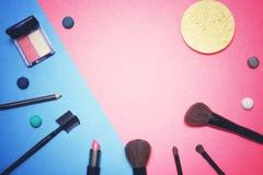 Composición plana del marco de la endecha, visión superior Sistema de cosméticos, de las herramientas del maquillaje y del acceso Fotos de archivo libres de regalías