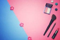 Composición plana del marco de la endecha, visión superior Sistema de cosméticos, de las herramientas del maquillaje y del acceso Foto de archivo