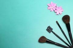 Composición plana del marco de la endecha, visión superior Sistema de cosméticos, de las herramientas del maquillaje y del acceso Fotografía de archivo